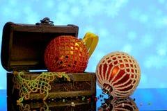 El fondo de la Navidad con las bolas adornó cuentas de cristal Foto de archivo libre de regalías