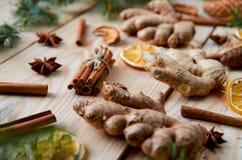 El fondo de la Navidad con las decoraciones del Año Nuevo y el jengibre tradicional de las especias, naranjas secadas, manzanas,  Fotos de archivo