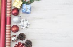 El fondo de la Navidad con las decoraciones y la caja de regalo copia el espacio Fotos de archivo libres de regalías