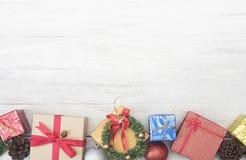 El fondo de la Navidad con las decoraciones y la caja de regalo copia el espacio Foto de archivo libre de regalías