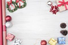 El fondo de la Navidad con las decoraciones y la caja de regalo copia el espacio Imágenes de archivo libres de regalías