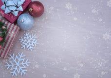 El fondo de la Navidad con las decoraciones y la caja de regalo copia el espacio Fotos de archivo