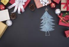 El fondo de la Navidad con las decoraciones y la caja de regalo copia el espacio Fotografía de archivo libre de regalías
