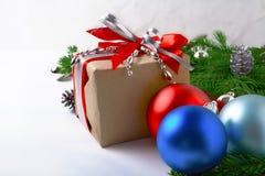 El fondo de la Navidad con las gotas de plata adornó la caja de regalo Imagen de archivo