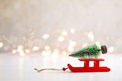 El fondo de la Navidad con los juguetes miniatura con marchita las escenas, mar imagen de archivo