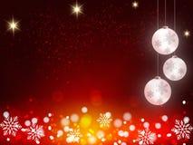 El fondo de la Navidad, copos de nieve de Bokeh, fondo rojo, bola roja, árbol de navidad backgrounred Imagen de archivo