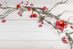El fondo de la Navidad, del Año Nuevo o del otoño, la composición plana de la endecha de los ornamentos naturales de la Navidad y Imágenes de archivo libres de regalías
