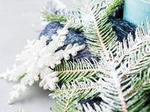 El fondo de la Navidad del invierno con nieve del árbol de abeto ramifica Fotos de archivo libres de regalías
