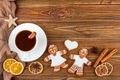El fondo de la Navidad o del Año Nuevo - panes de jengibre hechos en casa de la Navidad con una taza de café Imagen de archivo