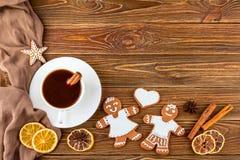 El fondo de la Navidad o del Año Nuevo - panes de jengibre hechos en casa de la Navidad con una taza de café Foto de archivo libre de regalías