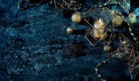 El fondo de la Navidad protagoniza oscuridad de la decoración de las luces de la vela de las bolas Imagen de archivo libre de regalías