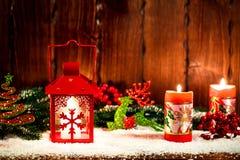 El fondo de la Navidad y del Año Nuevo con la Navidad mira al trasluz la linterna y las ramas de árbol de navidad, nieve y las de Imagen de archivo libre de regalías