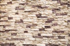El fondo de la pared, alineado con blanco de forma irregular de piedra artificial y la lila fotos de archivo libres de regalías