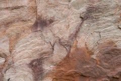 El fondo de la piedra de la arena del multicolor, enarena la pared de piedra fotografía de archivo libre de regalías