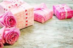 El fondo de la tarjeta del día de San Valentín con los regalos y las flores fotografía de archivo libre de regalías