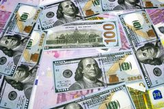 El fondo de las muchas monedas el euro EUR con 500, 200, 100 dólares y billetes de banco de los euros Mucho dinero El euro Fotos de archivo libres de regalías
