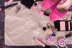 El fondo de las señoras - tulipanes rosados, zapatos, lápiz labial, esmalte de uñas, pendientes, se ruboriza, las piruletas en el fotos de archivo