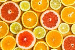 El fondo de los agrios con los limones cortados de las naranjas de f abona Tánger con cal Foto de archivo libre de regalías