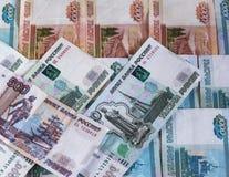 El fondo de los billetes de banco rusos en denominaciones de mil y quinientos rublos y cinco miles fotos de archivo libres de regalías