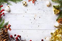 El fondo de los días de fiesta de la Navidad con días de fiesta de la Navidad adorna o Imagen de archivo libre de regalías