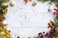 El fondo de los días de fiesta de la Navidad con días de fiesta de la Navidad adorna o Fotografía de archivo