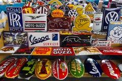 El fondo de los emblemas de las diversas marcas del auto y del moto Imagen de archivo libre de regalías