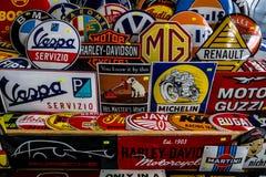 El fondo de los emblemas de las diversas marcas del auto y del moto Fotografía de archivo libre de regalías