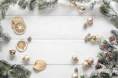 El fondo de madera blanco de la Navidad con el abeto ramifica visión superior te Foto de archivo