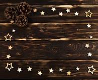 El fondo de madera con las estrellas de la Navidad dobló en el perímetro imagen de archivo