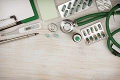 El fondo de madera del escritorio del doctor con la copia espacia en la parte inferior Foto de archivo libre de regalías