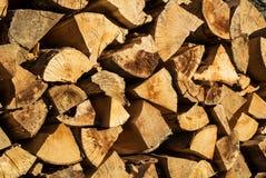 El fondo de madera rústico natural, seca los registros tajados de la leña para Foto de archivo
