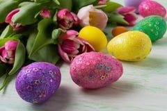 El fondo de Pascua con brillo adornó los huevos Fotos de archivo