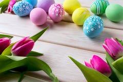 El fondo de Pascua con la mano adornó los huevos Fotos de archivo libres de regalías