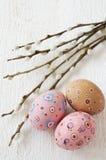 El fondo de Pascua con los huevos y la primavera florece, espacio del texto imágenes de archivo libres de regalías