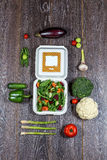 El fondo de verduras negras, frescas de madera y abre la caja blanca Imagenes de archivo