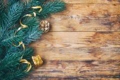 El fondo del Año Nuevo de la Navidad, abeto ramifica, caja de regalo, ribb del oro Fotos de archivo