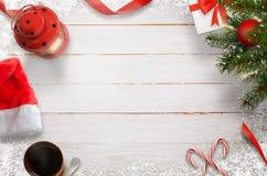 El fondo del Año Nuevo de la Navidad de las decoraciones de la Navidad, las ramas del abeto, los regalos, las bolas y el espacio  Imágenes de archivo libres de regalías