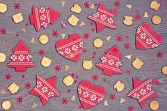 El fondo del Año Nuevo: decoraciones, confeti y galletas rojos encendido Fotos de archivo