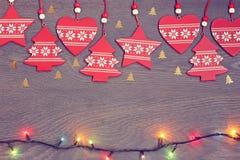 El fondo del Año Nuevo: decoraciones rojas, confeti y una guirnalda Fotos de archivo