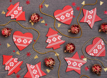 El fondo del Año Nuevo: decoraciones y confeti rojos en un suelo Fotos de archivo