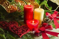 El fondo del Año Nuevo y de la Navidad con las velas adornó el árbol de navidad Imágenes de archivo libres de regalías
