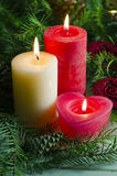 El fondo del Año Nuevo y de la Navidad con las velas adornó el árbol de navidad Foto de archivo libre de regalías