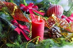 El fondo del Año Nuevo y de la Navidad con las velas adornó el árbol de navidad Foto de archivo