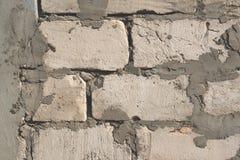 El fondo del cemento y de los bloques en el llano gris de la pared texturizado con las grietas cerca para arriba El marco horizon Fotografía de archivo