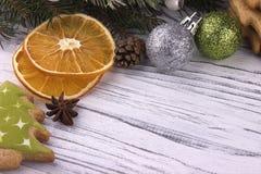 El fondo del día de fiesta del Año Nuevo de Navidad de la Navidad con el abeto natural secado de los conos del canela del anís de Imágenes de archivo libres de regalías