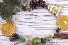 El fondo del día de fiesta del Año Nuevo de Navidad de la Navidad con el abeto natural secado de los conos del canela del anís de Imagenes de archivo