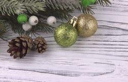 El fondo del día de fiesta del Año Nuevo de Navidad de la Navidad con verde de oro de la caja de regalo y abeto natural de las bo Imagen de archivo libre de regalías