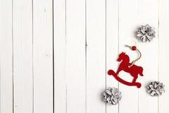 El fondo del día de fiesta de la Navidad con el caballo y la nieve del juguete pintó el perno Fotografía de archivo libre de regalías