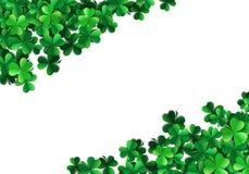 El fondo del día de Patricks del santo con el trébol verde rociado sale de o stock de ilustración