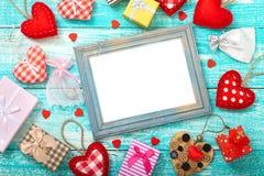 El fondo del día de tarjeta del día de San Valentín con el corazón forma en la tabla de madera Foto de archivo libre de regalías